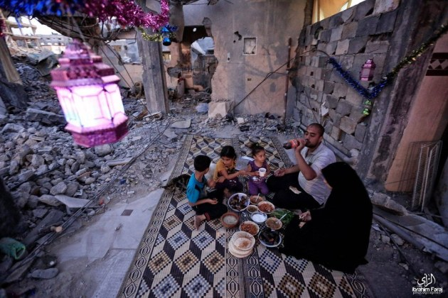 A family shares in a pre-dawn Suhoor meal in Gaza City. Facebook: ShehabAgency.MainPage